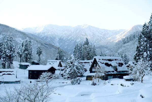 富山県旅行観光五箇山相倉合掌造り集落雪景色